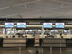 """バスは順調に定時より早く成田空港へ到着。 大崎からのバス綺麗だし、USBで充電できるし、Wifiも飛んでてすっごい快適。  久々の成田空港の第一ターミナル。 やっぱり第一ターミナルの方が""""海外行くぞー""""と気分があがるのはなぜだろう。  WifiルーターをGetしたらエアプサンのチェックインの行列に並びます。"""