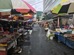 食後は賑わうチャガルチ市場を腹ごなしに散歩。