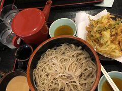 11:05長野駅着 駅ビルMIDORIで信州そば草笛さんでランチ。 クルミそば¥980とかき揚げ¥250  初めて食べたけど胡桃そば気に入りました!