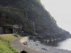 垂水の滝 この滝は、山から海へと直接そそぐ滝だそうです。冬には強風で水が吹きあがります。ちょっと見てみたい。  時間が無くて車窓から。