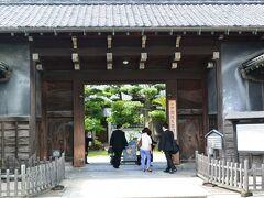 49日の法要の行われた安楽寺の近くにNHKの朝ドラ『花子とアン』で有名になった筑豊の炭鉱王と呼ばれた伊藤伝右衛門と歌人柳原白蓮が過ごした邸宅『旧伊藤伝右衛門邸』があるので、せっかくなので見学に行ってきました。  http://www.kankou-iizuka.jp/denemon/