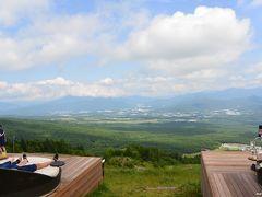 サンメドウズ清里 清里テラス  標高1,900mの特等席。 ちょっと雲が多いですが、「八ヶ岳ブルー」の空が広がります。 天気が良いと、富士山や南アルプスの絶景を楽しむことが出来ます。