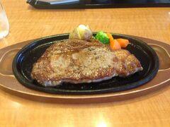 ハウステンボスの外にあるレストランで晩御飯。とてつもなく腹が減ったのでローカルフードとは無縁のビーフステーキ(メキシコ産)を注文してしまいました。