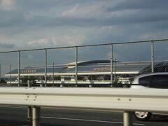 高速道路をビュンビュン走り、それによってメーターもグングン上がって・・ そんなことは気にせず、誠実なドライバーさんと話が盛り上がりました。 ・・右手に、福岡空港が見えてきます~~