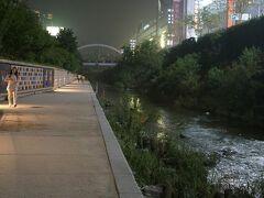 【清渓川】 夜は涼しく、お散歩向き