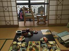 再び天草を北上し、今日のお宿ホテル松泉閣 ろまん館に向かいます。 九州復興割でとてもお得に泊まらせてもらいました。 天草の海が一望できるお部屋! 相方ご希望の部屋食です。