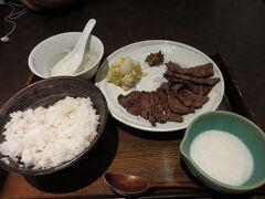 駅ビル1階の「もりの屋」で焼き牛たん1.5定食 1,741円(税抜き)