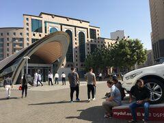 地下鉄Baniyas Square駅近辺。近未来的なルックスの駅地下鉄を降りるとそこは…
