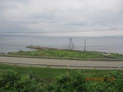 海岸に櫓が組まれている。  これは警戒心が強いボラを捕まえるために  やぐらの上で待ち続ける漁の名残。