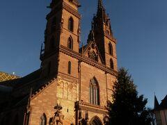 今日の目的地、バーゼル民族文化博物館があるのはミュンスタープラッツという広場 ここで一番目立つ建物が、この大聖堂です  ↓ちなこんなトコ バーゼル大聖堂 http://4travel.jp/travelogue/10673163
