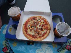 スタージェットに乗った後は、1回目の16時公演のミニー・オー!ミニーの鑑賞のためシアターオーリンズで待っている間にトゥモローランドにあるパン・ギャラクティック・ピザ・ポートでピザを購入し、シアターオーリンズの前で頂くことに! ソフトサラミソーセージピザとコカ・コーラのセットで930円と高いですが、これがおいしくて具材は、サラミソーセージとほうれん草、チーズは星形になっていました。 さすが、イタリア系宇宙人のの店長、トニー・ソラローニが、ピザ製造マシンで作っているだけにおいしい(-。-)y-゜゜゜