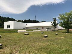 青森県立美術館 白い建物が青空に映える