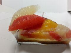 夜食用に博多阪急の地下「果実工房 新sun」でフルーツタルトをお買い上げ・・・エアコンの効いた涼しい部屋だと食欲は落ちません・・・