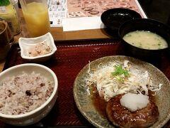 夕食は博多駅地下の定食屋「百菜 旬」にて。和風ハンバーグ。 ドリンクバーサービス券を使って、1000円ちょっとでした。次回用のドリンクバー割引チケットも頂きました