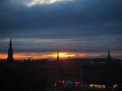 ホテルの部屋から夕陽を眺め、4日目が終了。 今日もよく歩いた一日でした。おやすみなさい。