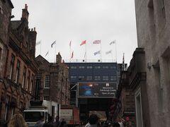 エディンバラ城へ到着。 ミリタリー・タトゥーの旗がはためき、風格抜群です。