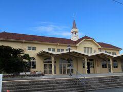JR三角駅。1899年12月開業。1面1線のホーム。みどりの窓口有。 駅舎はリニューアルされていてきれい。 天草宝島ラインの船が空いていたので、JRに乗り継ぐ人もまばら・・・ ここから、A列車で行こうに乗り熊本まで。