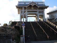 飛行機の時間もあり、ゆっくり観光するヒマは無かったが、加藤清正ゆかりの日蓮宗本妙寺を訪れる。 大きな仁王門。新幹線からも見える。