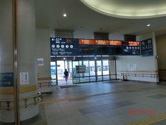 終点の広島港停留場 (宇品)です。 フェリーターミナルから外の広電駅方面を撮った。 今は宇品港ではなく広島港と言うのですね。 宇品港のだいぶ手前付近で大勢降りてやっと車内が空いてきました。 ずっと立てりで疲れた。