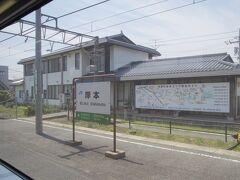 陰陽連絡線なので、特急列車などの行き違いでよく止まります。  岸本駅で対向列車とすれ違い。