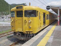 途中の「根雨駅」で20分ほどの中休み。 ここで後続の特急列車の通過待ちをします。