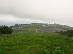 西吾妻山お手軽コースはリフトを3基乗り継ぐ。 もちろんリフトを使わないルートもあって、ちょっと登ってみた。 振り返って見下ろす天元台高原。