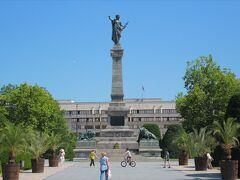 スヴォボダ広場に立つ自由の女神像。