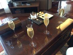 鬼怒川金谷ホテルに到着。 お部屋は、最上階5階の「ジョン・カナヤ・スイート」。 チェックインは、お部屋でとのことで、まず部屋に案内されました。 ウェルカムシャンパン。