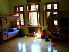10人ドミトリーは真ん中ががらんと空いた広めの部屋。他の部屋には家族連れの客が多かった。