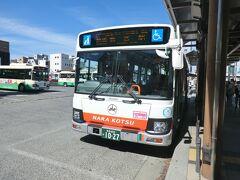 来ました。  方向幕に特急バスとありますが、本質は一般路線バスです。 日野自動車のブルーリボン(QDG-KV290N1)と言う、市内路線バス車両です。 平成27年に国土交通省・奈良県・和歌山県の補助で導入されたそうです。  では、乗りましょう。  ①奈良交通 八木新宮線.特急新宮駅行‥5250円 八木新宮.9:15→新宮駅.15:47