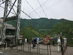 谷瀬の吊り橋。 上野地バス停から近いので、休憩時間内に見学できます。  十津川村の谷瀬と上野地の集落のかけ橋となる生活用の吊り橋です。 以前は川に丸木橋を架けて行き来していましたが、洪水のたびに流されてしまうので、集落の人々は1戸あたり20~30万円もの大金を出し合って昭和29年に大吊り橋が完成しました。