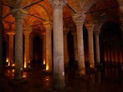 次に地下宮殿にやってきました。入場料は20リラ。 ビザンツ時代に建設された地下貯水池。ここはトム・ハンクス主演の映画『インフェルノ』のクライマックスで使われた場所でもあります。