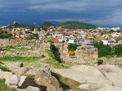 突き当りを登り切った城壁跡がネベット・テペ。