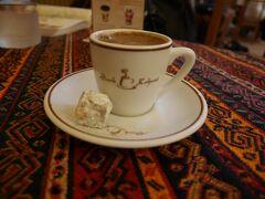 次は、グランドバザールへ。またトラムに乗ってベヤズット・カパルチャルシュ駅まで移動。まずは座って休みたかったので、9番の門から入って、バザール最古のカフェ「シャルク・カフヴェスィ」でお茶。