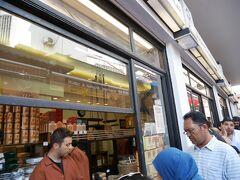 エジプシャンバザールの手前まで来ました。すると、ものすごい行列。これはトルコの老舗コーヒー専門店メフメット・エフェンディの本店です。スーパーにもパック入りのものが売っていますが、ここでは紙袋に入った挽きたてのコーヒー(カルダモン入り)を購入できます。