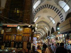 エジプシャンバザールの中です。香辛料やロクム(ターキッシュ・ディライト)を売るお店が多くあります。