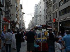 夕暮れ時を狙って、タクシム広場からイスティクラール通りを下っていきました。カフェやレストラン、ブティックなどがある比較的おしゃれなエリアです。