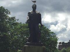 銅像の上には鳥が威風堂々。