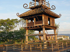●復元楼閣@唐古・鍵遺跡  復元された楼閣。 この遺跡のシンボルになっています。 ここから出土された土器にこの建物が描かれていたようです。
