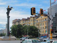 通りに突拍子もないフィギアみたいなものが立っていた。聖ソフィア像とのこと。