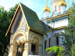 聖ニコライ・ロシア教会は規模は小さいが緑の尖塔が目を引き付ける。