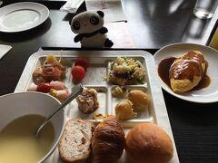 さて翌朝。前夜遅くに投宿したかりゆしビーチリゾートで少し遅めの8時起床です。 朝ごはんをホテルのレストラン「暖琉満菜」でいただきます。 バイキングメニューは全てアレルギー表記ありで、我が家の卵アレ2歳坊主も大助かりです。  ★かりゆしビーチリゾートの詳細口コミは、http://4travel.jp/dm_hotel_tips_each-12760769.html に掲載しています。