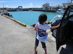 さて午後は、ジンベイザメを見に、読谷村の漁港までドライブします。 ここでは、海にジンベイザメの住みか(生けす)があるため、野生に近い状態のジンベイザメを見ることができます。