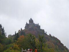 ≪Reichsburgライヒスブルグ城(帝国城)≫  ライヒスブルグ城は秋らしく、黄葉に包まれていた。 2006年5月に訪れ、城内見学もじっくり見たのでまだ記憶も残る。その山城の姿は、モーゼル川畔の何処から撮っても、納まり良いものである。  円錐形の山上に立つ城は4個の城門、城壁、壕に守られ、守るに易く、攻めるに難い城と云われた。 強大な天守閣は壁の厚さが3.6mもあり、1000年の歴史と共にある。 この城はライン地方のPfalzプファルツ選帝侯の居城であったが、その後シュタウフェン家出身の皇帝の帝国城となり、最終的にはトリアー選帝候・大司教の所有になる。  1689年、プファルツ継承戦争でルイ14世率いるフランス軍の猛攻撃を受け、ライン・モーゼル流域の殆どの城と同じく、破壊されてしまう。  漸く1877年に、ベルリンの枢密顧問官ラフェネーにより、8年をかけて、14世紀の新ゴシック様式の中世風城塞に復元された。内装は19世紀のドイツ上流階級の邸宅に見られるもので、現在、城は町が所有している。  写真はライヒスブルグ城(帝国城)が高々と見える