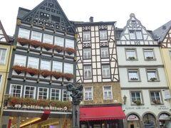 左から一つ目の家は創業から136年目を迎えたという、今はHaus Brillen-Muellerミューラー眼鏡屋で、24個の鐘が5階屋根上に見ることが出来る。多分、音色を聞かせてくれるのだろう。  ここもワインの産地として有名で、観光客も小雨の中、たいへん多い。  写真はHaus Brillen-Muellerミューラー眼鏡屋