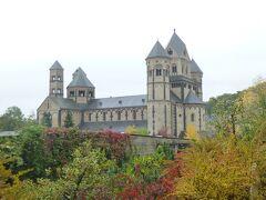 6塔あるラーハ大聖堂はアーチ型のバシリカをもつ後期ロマネスク様式の僧院教会で、ドイツにおける最も素晴らしい建築の一つとされている。  ラーハ湖の周辺一帯2000haは自然保護地域になっている。  写真はマリア・ラーハ僧院の秋の景観