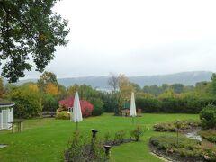 写真はラーハ湖畔に面したホテルの美しい庭園