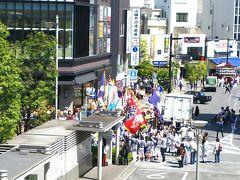 小田原駅に着きました。 GWに来ると、駅前は、文字通りのお祭り騒ぎ。