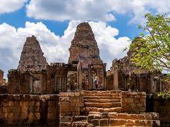 トゥクトゥクに乗り込みこれまたすぐ近くにある東メボンへ到着。  東メボンは昔、東バライ(貯水池)の中心地に建てられた寺院なのですが、今は干上がっております。  それでも昔の名残で水位の変化が壁の色が変わっております。