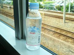 水を飲んで、ほっと一息。